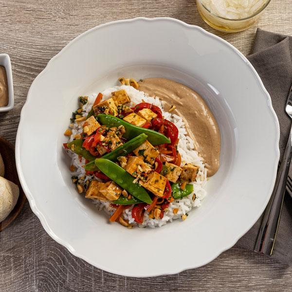 10.01.006-Tofu-marinado,-salsa-de-cacahuete-y-arroz-jazmín