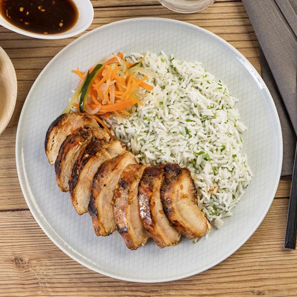 50.02.007-Pollo-estilo-thai-con-arroz-y-encurtidos