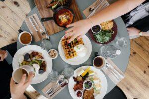 personas-comiendo-mesa