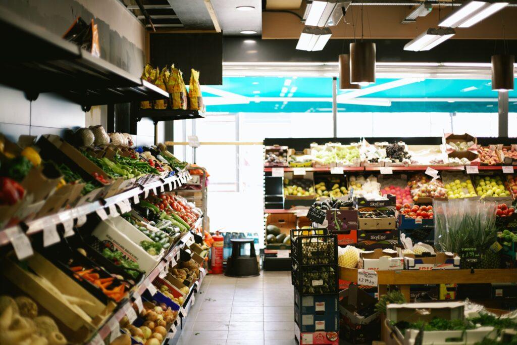 pasillo de supermercado con alimentos buenos para la memoria
