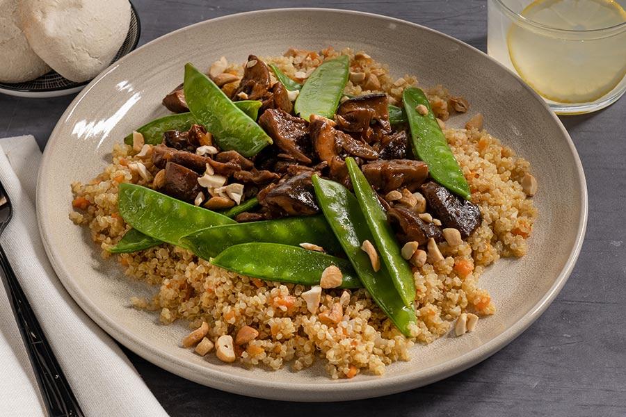 Quinoa salteada con ragú de setas y tirabeques