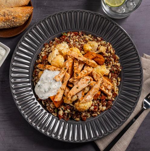 ensaladas gourmet de quinoa pollo vegetales salteados y salsa de yogur
